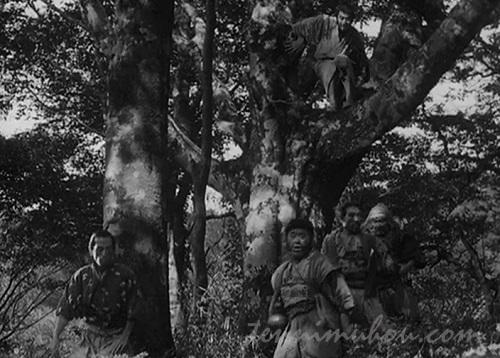 野武士を待ち受ける菊千代と久蔵