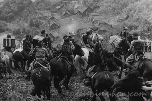 村を襲おうと相談中の野武士たち