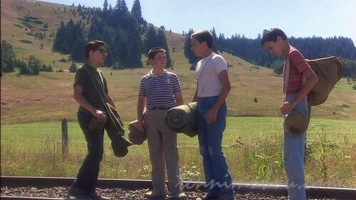線路を歩く4人組