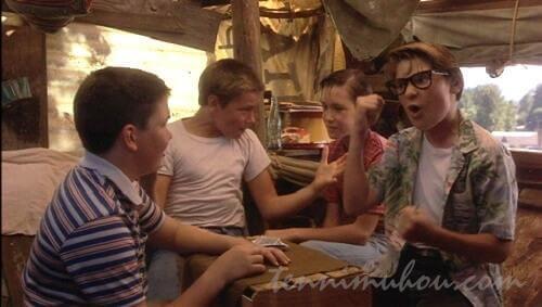 樫の木の上の秘密基地でカードに興じる4人