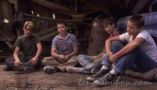 製鉄所で休憩する4人