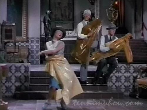 レインコートで踊る3人