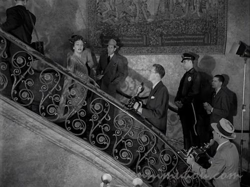 階段を降りてくるグロリア・スワンソン