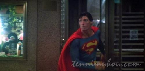 回転ドアで変身するスーパーマン