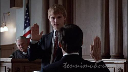法廷で証言するケン