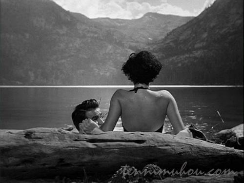 湖を見つめるアンジェラ