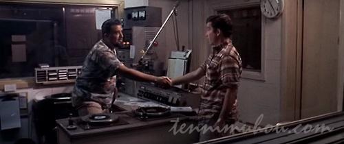 DJウルフマンと握手をするカート