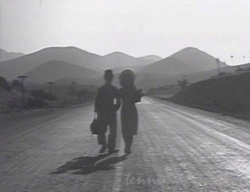 歩いて行くチャップリンとポーレット・ゴダード