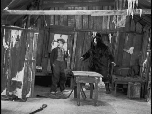 山小屋に避難する三人
