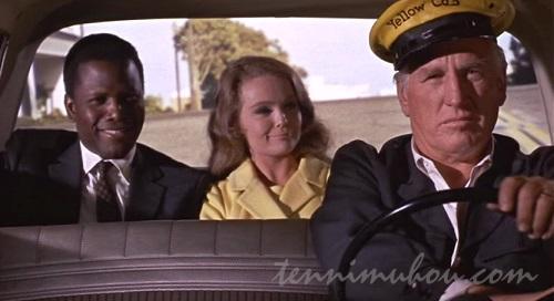 変な顔で運転するタクシー運転手