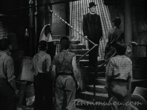少年達の前に現れるジェリー神父