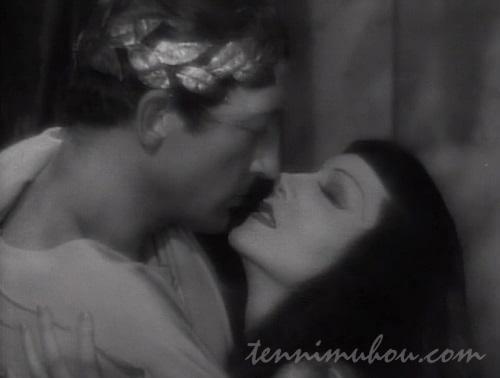 シーザーとキスをするクレオパトラ7世