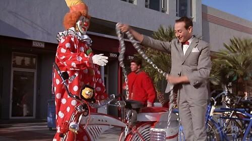 自転車に鍵をかけるピーウィー