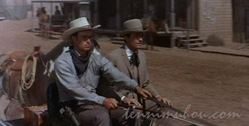 テキサスにやって来たジム・マッケーとスティーヴ(チャールトン・ヘストン)