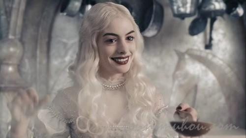 白の女王アン・ハサウェイ