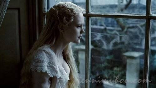 窓から外を見るジョアナ