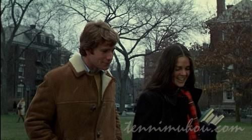 大学構内を歩くアリ・マッグローとライアン・オニール